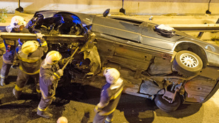 Szalagkorlát fúrta át a nekiütköző BMW-t a Fűrész utcánál