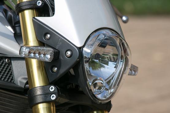 Furcsa szabású első lámpa, érdemes rá vigyázni, mert drága a pótlása