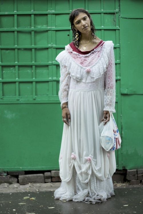 """""""Mariammal egy borús napon találkoztam az utcán. Éppen elállt az eső és ő egy menyasszonyi ruhában sétált az utcán. Nem egy különleges alkalom miatt volt rajta a menyasszonyi ruha, egyszerűen csak ebben ment hazafele. Mariam később elmondta, hogy a rokonai küldték neki a ruhát Amerikából. Mutatott egy olyan képet is, amin egy fotóstúdióban pózol a ruhában egy csomó virág társaságában."""""""