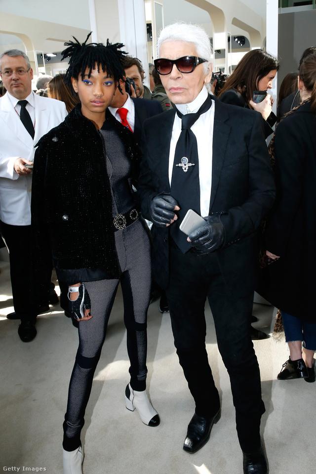 Általában mindig így fest a divat császáraként is emlegetett Karl Lagerfeld.