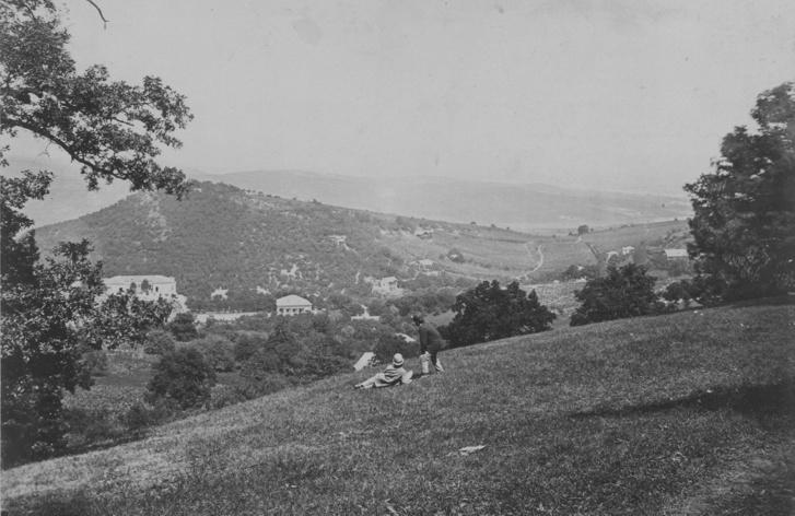 Normafa lejtő, kilátás a Disznófő-forrás környékéről Fácánosra, a Fácán fogadóra és vendéglőre. A felvétel 1880-1890 között készült.