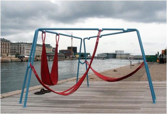 """A Koppenhága központjában található nyilvánosan használható függőágyakat az """"Off Ground"""" néven futó projekt keretében tervezte Jair Straschnow és Gitte Nygaard."""