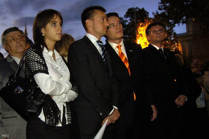 Rogán Cecília, Rogán Antal polgármester és Puskás András alpolgármester az V. kerületi önkormányzat megemlékezésén az 1956-os forradalom 50. évfordulója alkalmából a Vértanúk terén, 2006. október 25-én.