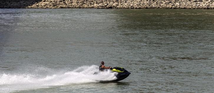 Jet ski a Duna budapesti szakaszán