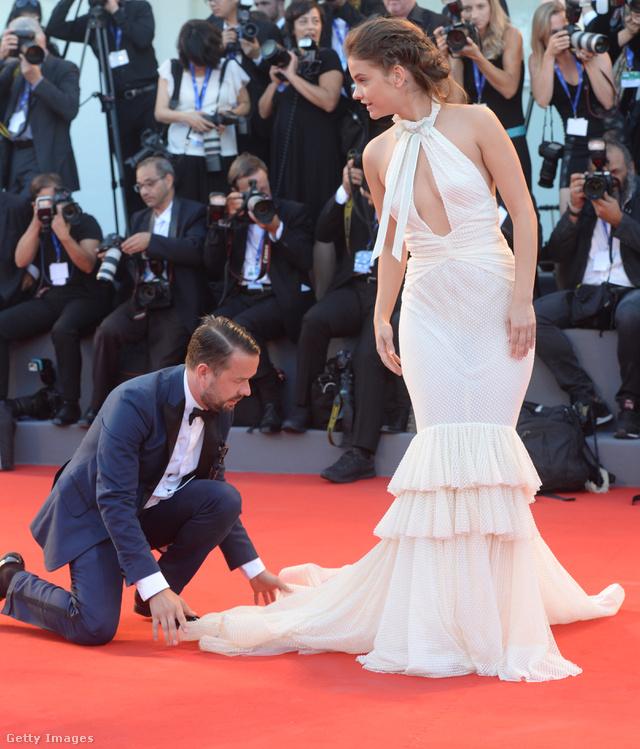 Nemcsak Beyoncé és Kim Kardashian ruháját igazítják a vörös szőnyegen, hanem a magyar szupermodellét, Palvin Barbaráét is. Az áttetsző anyagból készült elegáns estélyit egyébként a Philosophy di Lorenzo Serafini tervezte.