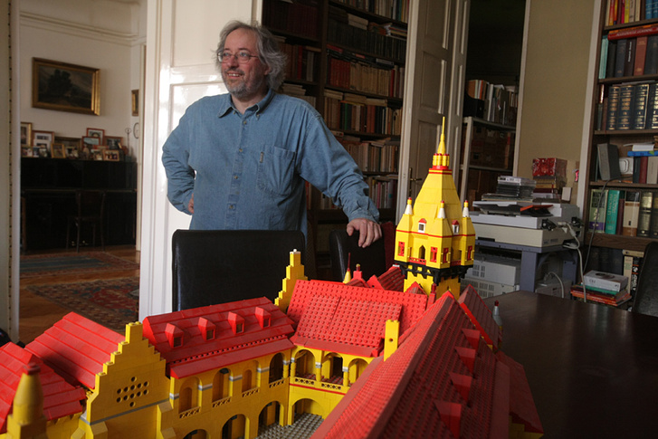 Sebő Ferenc a Zsigmond-kori palota modelljével