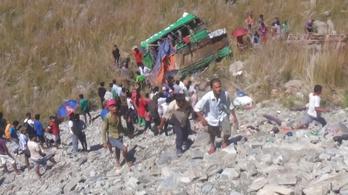 18 halott a nepáli buszbalesetben