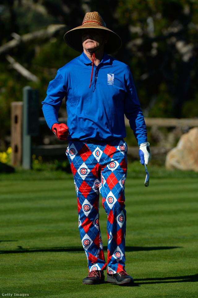 Piros-kék mintás nadrág, kék felső és barna kalap Kaliforniában.