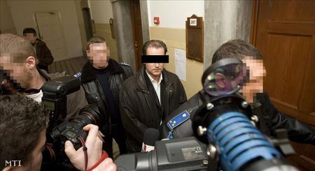 Hunvaldot a bíróságra kísérik