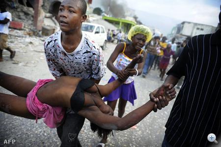 Jeff Cherisma 15 éves húga holttestével. Fabienne-t egy fosztogatókat üldöző rendőr lőtte le Port-au-Prince-ben.