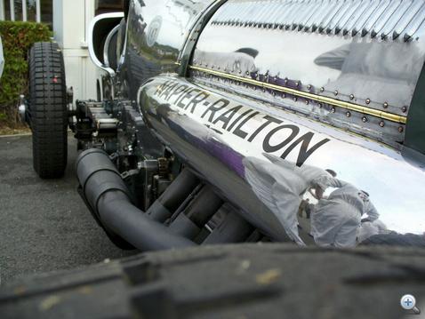 Itt csak nyolc liternyi motorból távozik a gáz, a másik 16 a túloldalon van