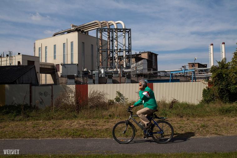 Háros kikötő övezetét elérve szűkülő út visz be a gyárépületek közé.