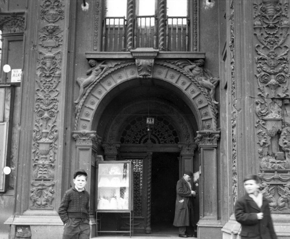 Alkotás utca 13. kapuja, jobb kéz felől a Greguss utca