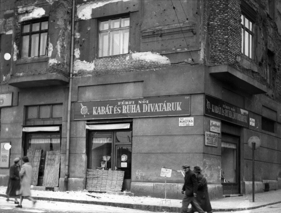 Alkotás utca - Ráth György utca sarok másik oldala.Főleg néhány hagyományos kisipari szakmában engedélyezték a további működést. Cipészek, ruhajavítással foglalkozó szabók, kárpitosok, asztalosok - az ő műhelyeik láthatók ezeken a bel-budai képeken is nagyobb számban.