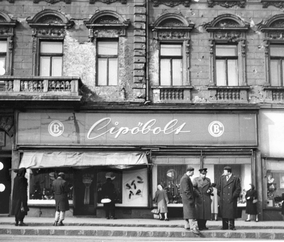 Alkotás utca 1/a.Bár 1945 után a kiskereskedelem élénkítése miatt még tömegével adtak ki új iparengedélyeket, hamarosan fordult a széljárás. Bár szavakban a kommunisták is védték a magántulajdont, hamarosan a kicsik szintjére is elért az államosítő vashenger. A kisegzisztenciákat nem is a tíz főt foglalkoztató üzemek 1949-es állami einstandolása fenyegette annyira, mint a rákövetkező rendelet, ami már legfeljebb csak három inast engedett.