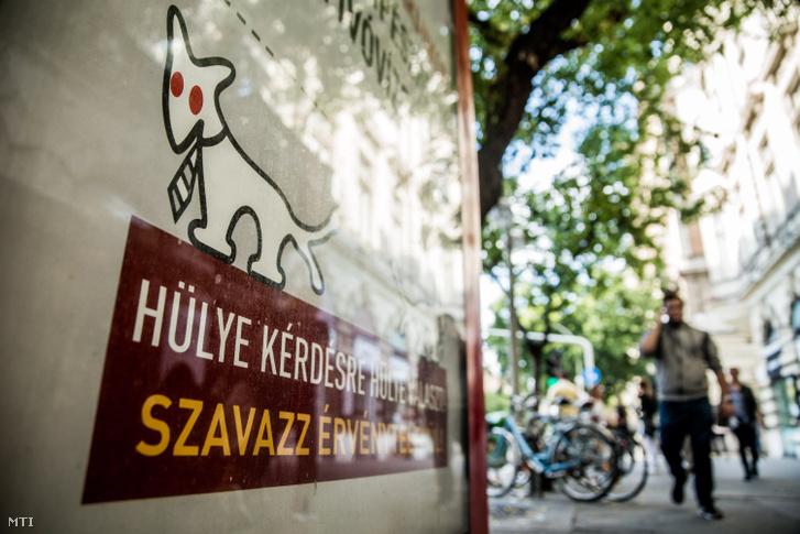 A Magyar Kétfarkú Kutya Párt az október 2-i kvótareferendumon érvénytelen szavazatra ösztönző plakátja Budapesten