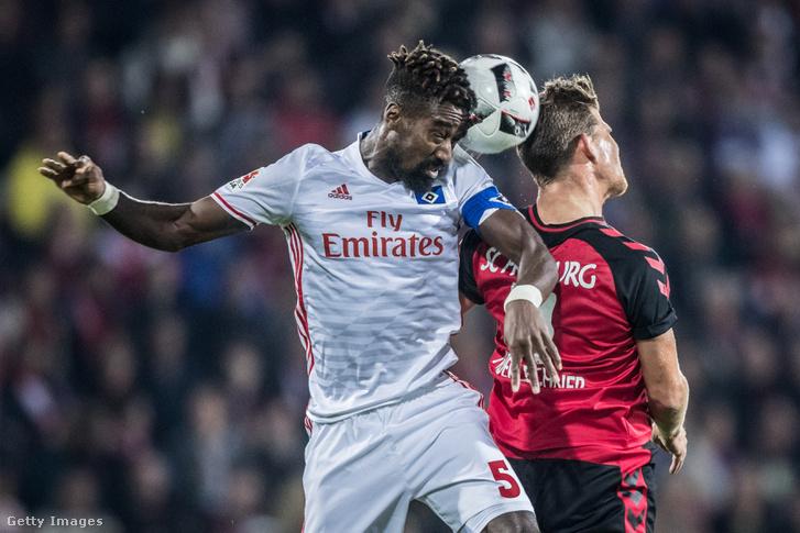 Johan Djourou, a svájci válogatott középhátvédje, a Hamburg csapatkapitánya a Hertha BSC elleni meccsen.