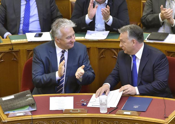 Orbán Viktor és Semjén Zsolt nemzetpolitikáért felelős miniszterelnök-helyettes az Országgyűlés plenáris ülésén 2016. október 3-án.
