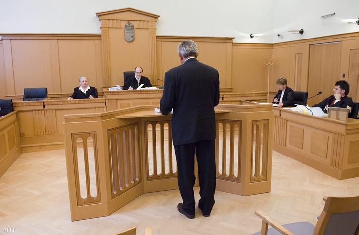 2008. május 13. Vida Károly elsõrendû vádlott Bodnár Zsolt bíró kérdéseire válaszol. A Szabolcs-Szatmár-Bereg Megyei Bíróságon megkezdõdött a baktalórántházi önkormányzati vezetõk perének tárgyalása.