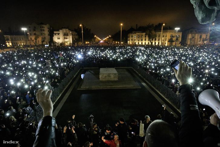 Így mondanak nemet az internetadóra. A tömeg ezután Himnuszt  énekelt, majd a tüntetésnek hivatalosan vége lett.