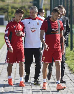 Bernd Storck szövetségi kapitány (k), valamint Nagy Dominik (b) és Hangya Szilveszter a Svájc és Lettország ellen készülő magyar labdarúgó-válogatott edzése előtt