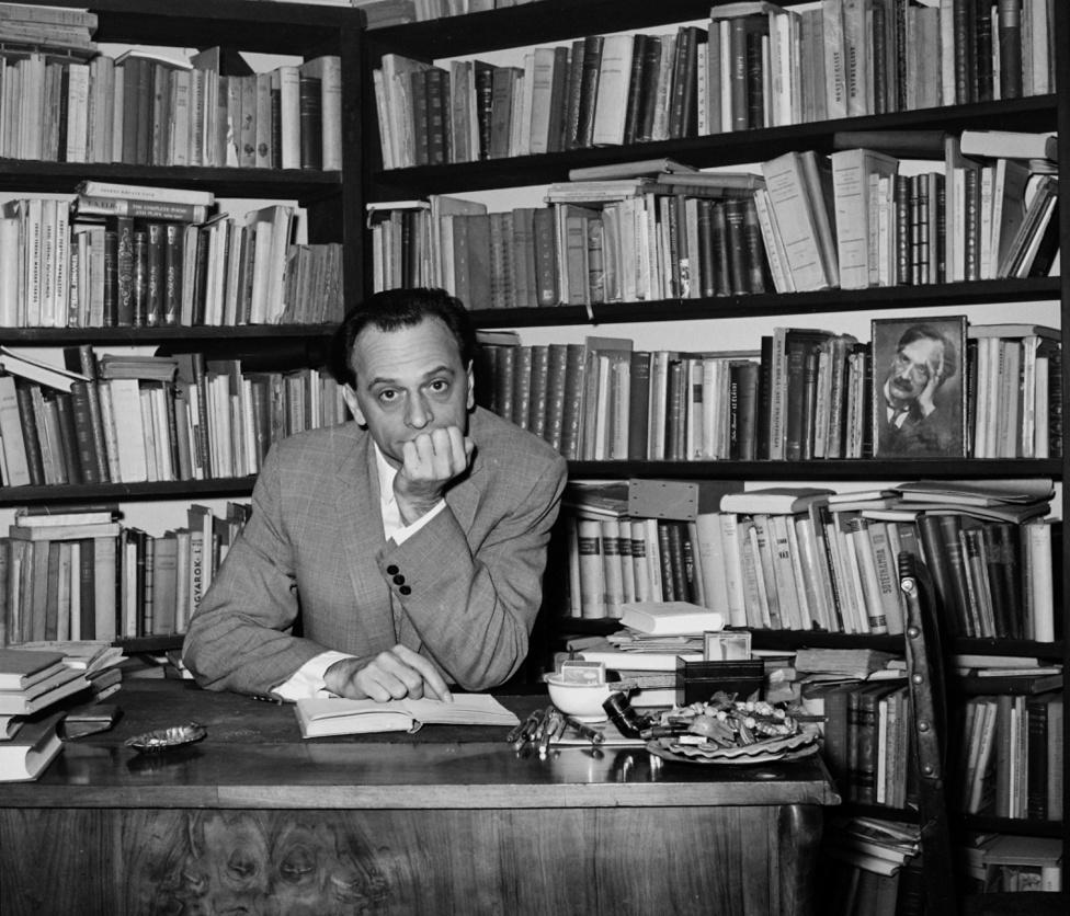 """Lengyel Balázs és Babits Nemes Nagy Ágnes íróasztalánál. Babits és a Nyugat eszmeisége annyira meghatározó volt számukra, hogy azt folytatva alapították meg 1946-ban az Újhold c. folyóiratot. A Pilinszky, Mándy, Somlyó és Szabó Magda írásait közlő lapot 1948-ban betiltották. A Rákosi-korszak által meghatározott irodalmi keretek a Nemes Nagy-Lengyel párost is a fordítói, ifjúsági irodalmi és tanári kényszerpályára szorították. 1957-ben Lengyel Balázst letartóztatták, de semmilyen politikai tevékenységet nem tudtak rábizonyítani. A börtönből szabadulva azonban nem tért vissza feleségéhez, 1958-ban elváltak. Az ötvenes-hatvanas évek végül az ő szakmai sorsukban is konszolidációt hozott: Nemes Nagy Ágnes végre """"szabad szellemi foglalkozású íróként"""" dolgozhatott, Lengyel Balázs a Corvina, majd a Móra Kiadóban szerkesztett és megjelenhettek kritikái is.                         Babits és az Újhold még egyszer összekapcsolta őket: 1986-ban almanach formájában újraindították, 1991-ig 12 kötet jelent meg és nemzedéktől függetlenül megjelenést biztosított mindenkinek, aki megütötte """"a magas művészi-szellemi minőség elvét."""""""