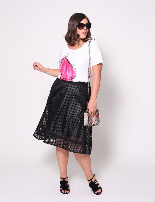 Egy ilyen Christiano Siriano által tervezett perforált szoknyáért 108 dollárt, 29.689 forintot kérnek a Lane Bryant üzleteiben. A pólók 10 ezer forintról indulnak.