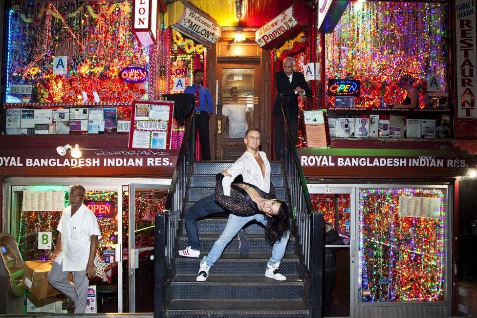 Robi és Ernesto, 2014.09.26. Manhattan, New York  - Szelei Robi 2008 óta él az Egyesült Államokban. Amikor elköltözött Budapestről, megfogadta, hogy addig nem jön vissza a városba, amíg nem sétálhat kézenfogva a párjával az utcán. Néhány éve New Yorkban él, létrehozta a Dance Of America alapítványt, ami hátrányos helyzetű LGBTQ fiataloknak kínál ingyenes táncoktatást. Háromszoros világ-, Gay Games- és európabajnok az azonos nemű párok versenytáncában, (a képen szereplő Ernesto a táncpartnere). 2011-ben az LA Weekly beválasztotta őt Los Angeles 50 legérdekesebb emberei közé.                         Robi nemrég egy fél évet itthon töltött és úgy látta, hogy megújult a város és felnőtt egy sokkal elfogadóbb generáció, már gondolkozik a visszaköltözésen.