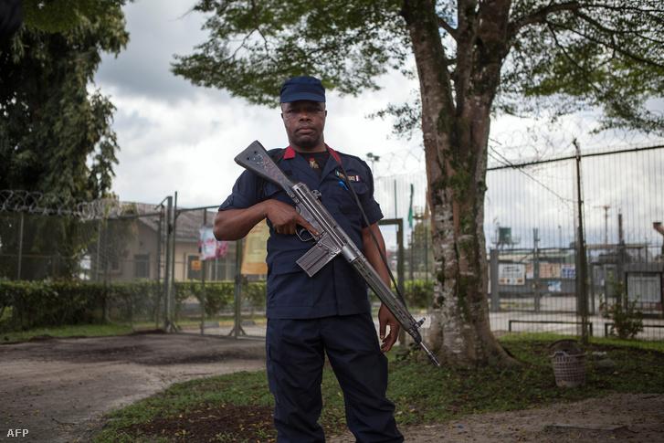 Biztonságiőr egy kőolajfeldolgozó előtt