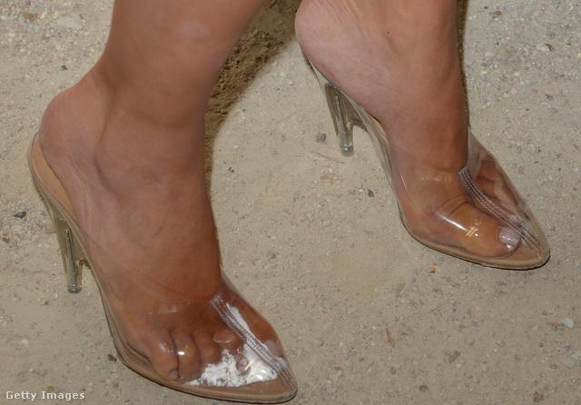 Ezt a cipőt viselte a fehér kombiné mellé: egyrészt kényelmetlennek tűnik, másrészt elég gusztustalan, ahogy izzad benne a lába.
