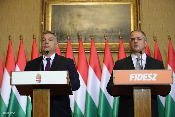 Orbán Viktor miniszterelnök (b) és Kósa Lajos, a Fidesz frakcióvezetője sajtótájékoztatót tart az október 2-ai kvótareferendummal kapcsolatban az Országházban