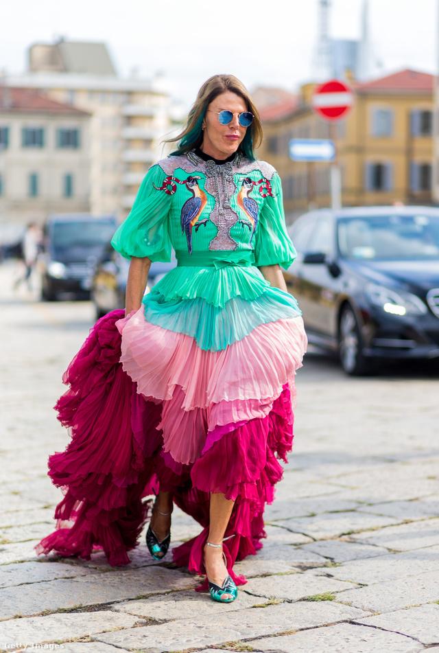 A japán Vogue szerkesztője, Anna dello Russo színes Gucciban pózolt az utcai divatfotósoknak.