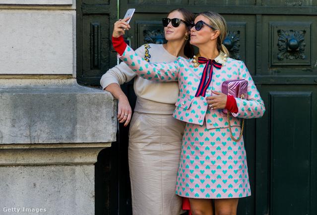 Csinosban szelfiző nők Párizsban.