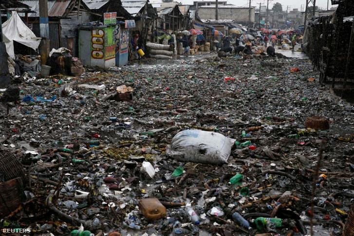 Szeméttel elárasztott utca Port-au-prince-ben