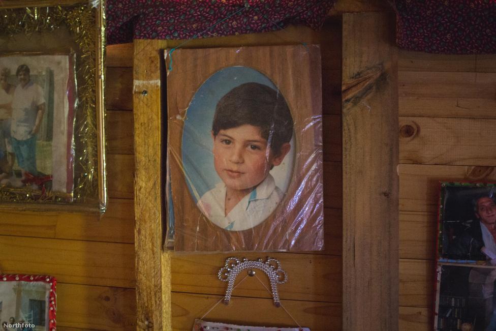 Nelles több képe is tönkrement családokról, személyes katasztrófákról mesél. Jannie Geldenhuys féltve őrizgeti fiának gyerekkori képét, aki ma már fel sem veszi a telefont, ha látja, hogy apja keresi.