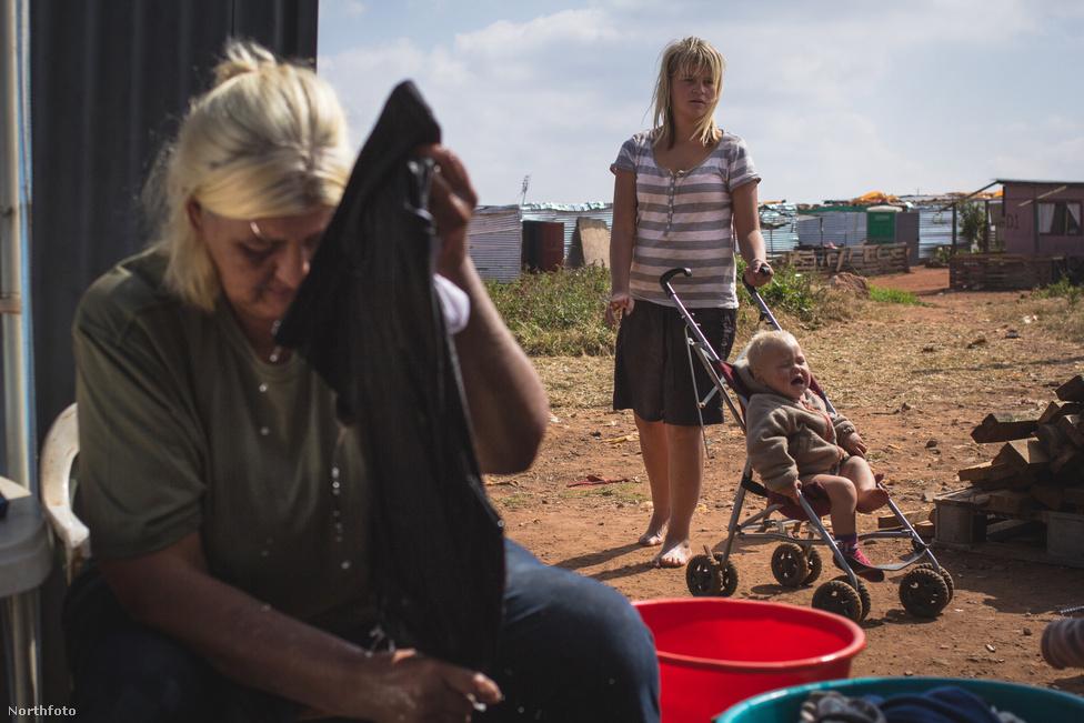 A lecsúszott családok ugyanúgy a nagyvárosok peremére szorultak, mint színesbőrű sorstársaik. Becslések szerint Dél-Afrikában legalább nyolcvan olyan bádogváros van, amit fehérek laknak. Egy fiatal johannesburgi fotográfus, Jacques Nelles 2016 elején határozta el, hogy riportot csinál a szülővárosa melletti Munsieville nyomortelepéről.