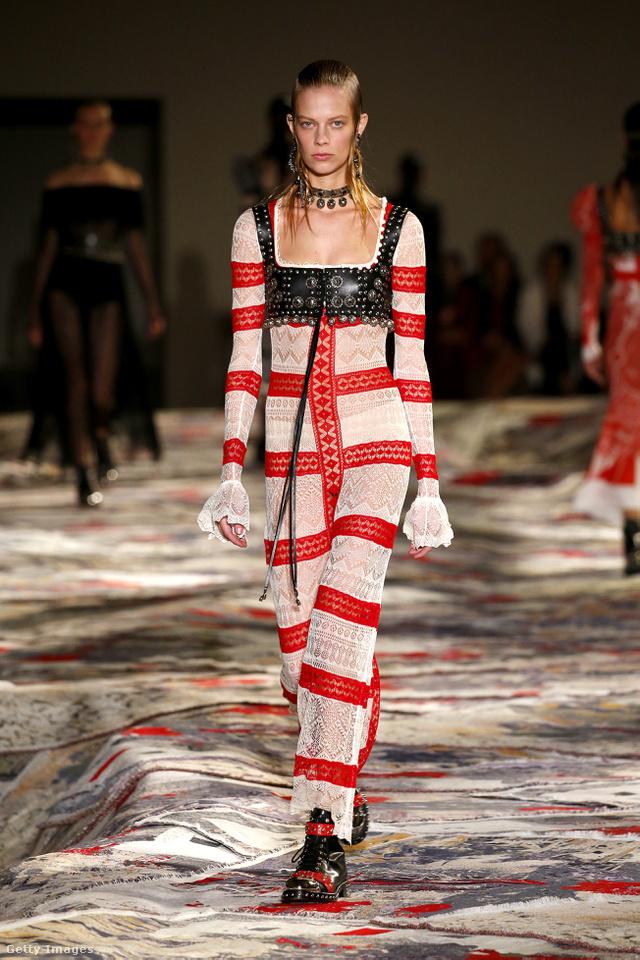 Hasonló, egyel visszafogottabb ruhát már Katalin hercegné is viselt a kanadai turné alaatt.