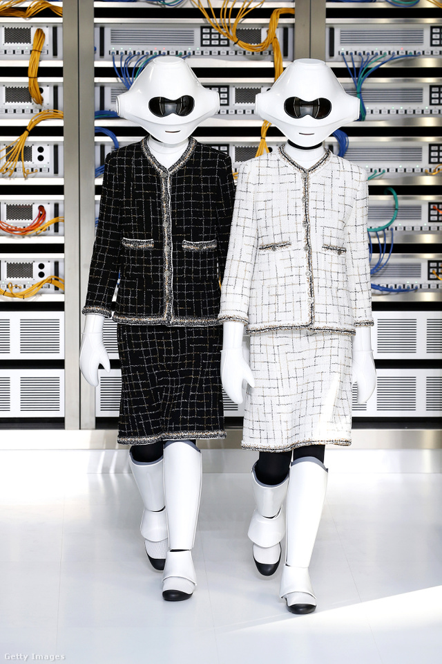 Chanel robotok a Grand Palais épületében berendezett szerverszobában.