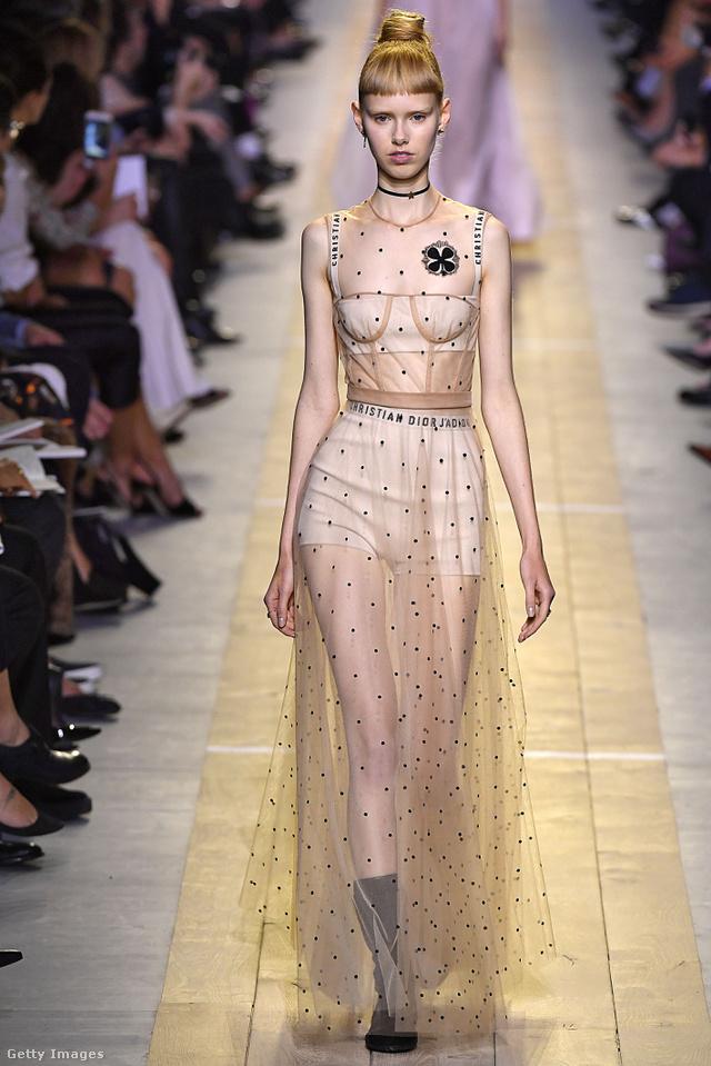Naná, hogy a pucérruha sem maradt ki Chiuri elős Dior kollekciójából.