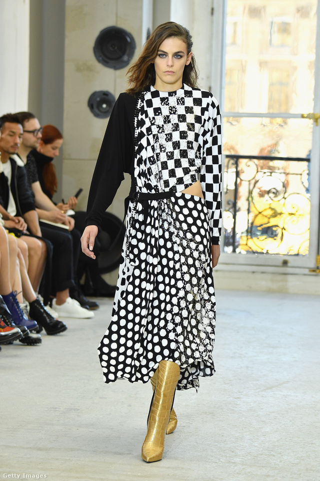 Arany csizma és félvállas ruha a Louis Vuitton kifutóján.