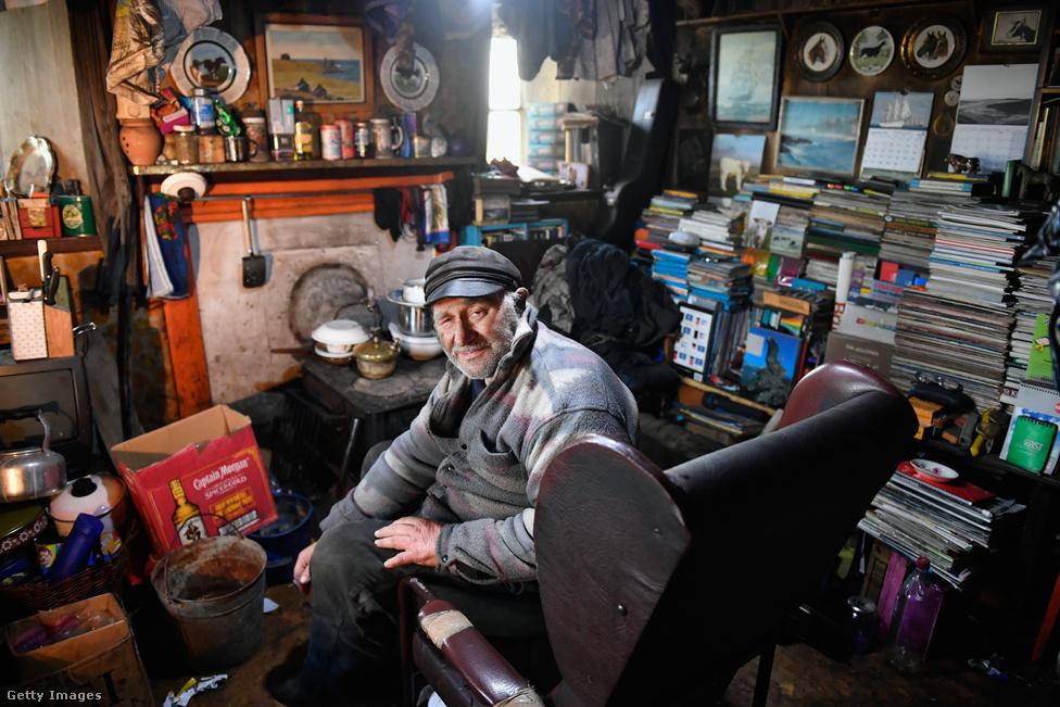 A 78 éves állattenyésztő, Eric Ibister ül az otthonában. A 2011-es népszámlálás adatai szerint 38 ember lakik a szigeten, azonban a ténylegesen itt élők száma mindössze 30 (a  többieknek csak a lakcíme van ide bejelentve).