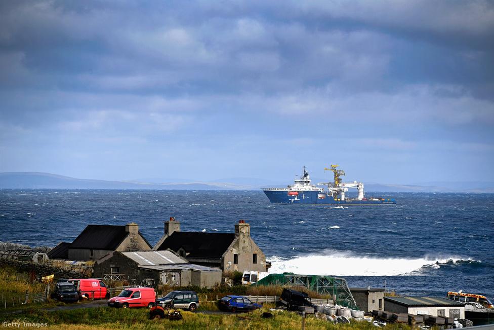 Egy olajfúró cég hajója vesztegel Foula mellett, az előtérben pedig a sziget keleti oldalán lévő Ham Voe kikötő, az egyetlen partszakasz a szigeten, ahol nincsenek sziklák, és a víz könnyen megközelíthető. A többi partszakaszon hatalmas sziklák magasodnak, például a Da Kame szikla, amely 336 méterével Skócia legnagyobb kőszirtje. Ha egy követ elengednénk a szélén, 11 másodperc telne el a csobbanásig.