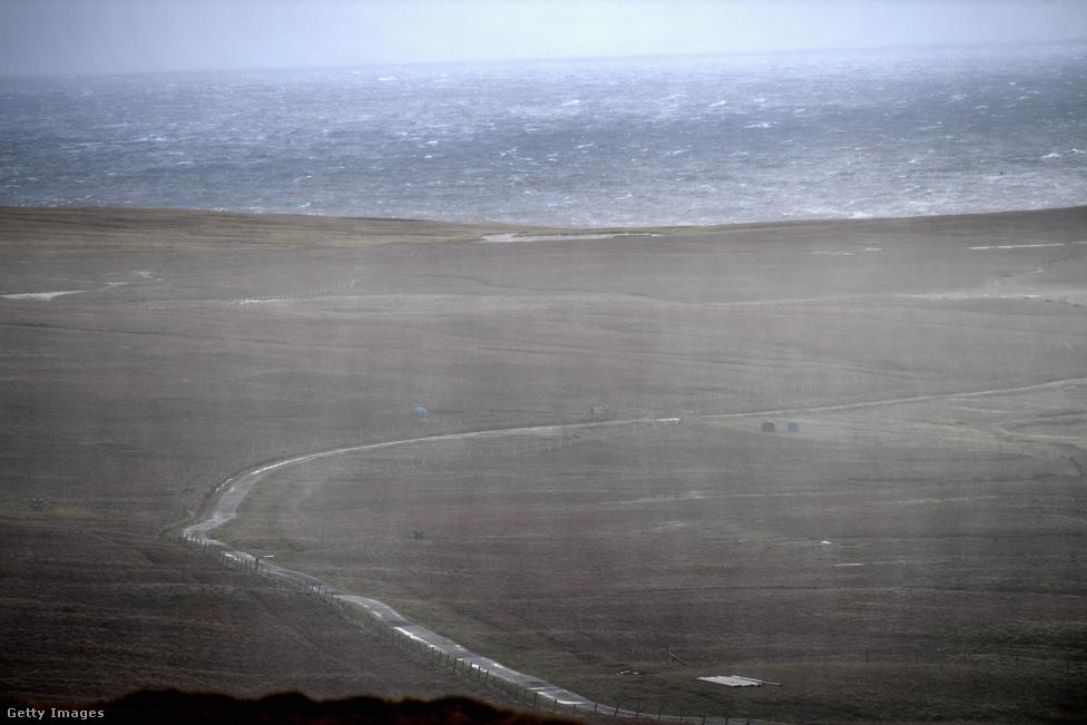 Eső áztatja a sziget fennsíkját átszelő betonutat. A szigetet az erősebb viharok néha hetekre elzárják a külvilágtól, olyankor nem lehet se ki-, se bejutni. Egyébként komppal hetente háromszor lehet elhagyni vagy megközelíteni a szigetet. A Shetland-szigetek fő szigetére, Mainlandre 2 óra 15 perc az út. Emellett még van egy turistáknak szánt hajóút, amely csütörtökönként érinti a szigetet, ez a hajó délután köt ki, és csak pár óra állomásozás után indul vissza, így akinek van kedve, az végig tudja járni a 13 négyzetkilométeres szigetet.
