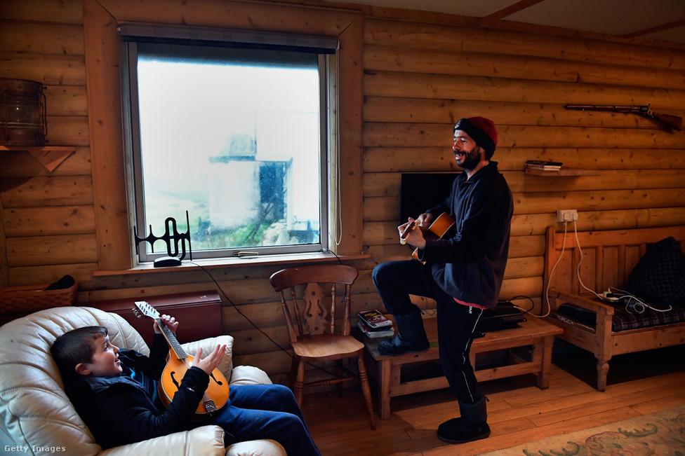 Mivel nem igazán van mit csinálni, a szigetlakók a szabadidejüket egymással, egymásnál töltik. A képen Stuart Taylor, a sziget asztalosa és Jack Smith játszik gitáron és mandolinon. A fotelben ülő Jack az egyetlen iskolás korú szigetlakó, aki kortársak híján kénytelen az idősebbekkel tölteni az idejét.