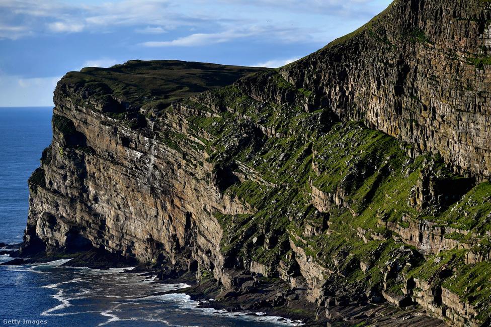 A szigetet időszámításunk után 800 körül a vikingek fedezték fel, ők lakták be először. Mivel a sziget minden más lakott helytől messze van, a telekommunikáció előtt kevés kulturális hatás érte. Olyan volt, mint egy zárvány, sokáig érintetlenül maradtak az első telepesek hagyományai. Nem csak a helynevek jelentős része származik a vikingektől, a 19. század végéig még a miatyánkot is a viking eredetű shetlandi norn nyelven beszélték a szigeten. Hasonló a helyzet a naptárhasználat terén: hiába használja egész Skócia a Gergely-naptárat, Foula szigetén a mai napig a julián naptár szerint múlik az idő, január 6-án van karácsony és 13-án újév.
