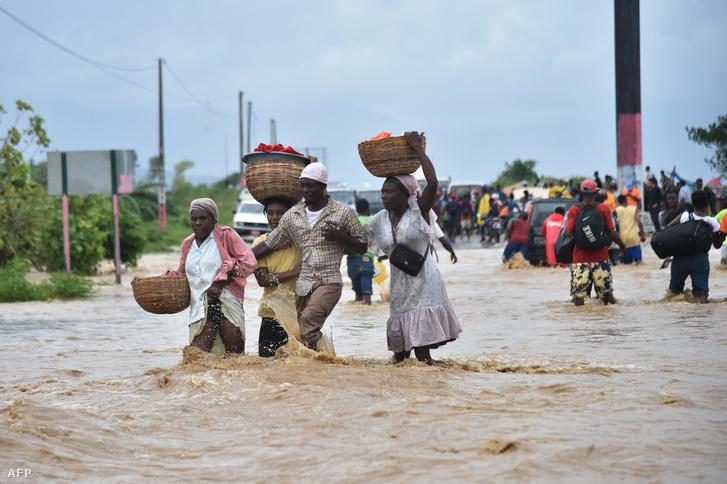 Port-au-Prince Haitiben, ahová már tegnap odaért a vihar előszele és kiöntöttek a folyók.
