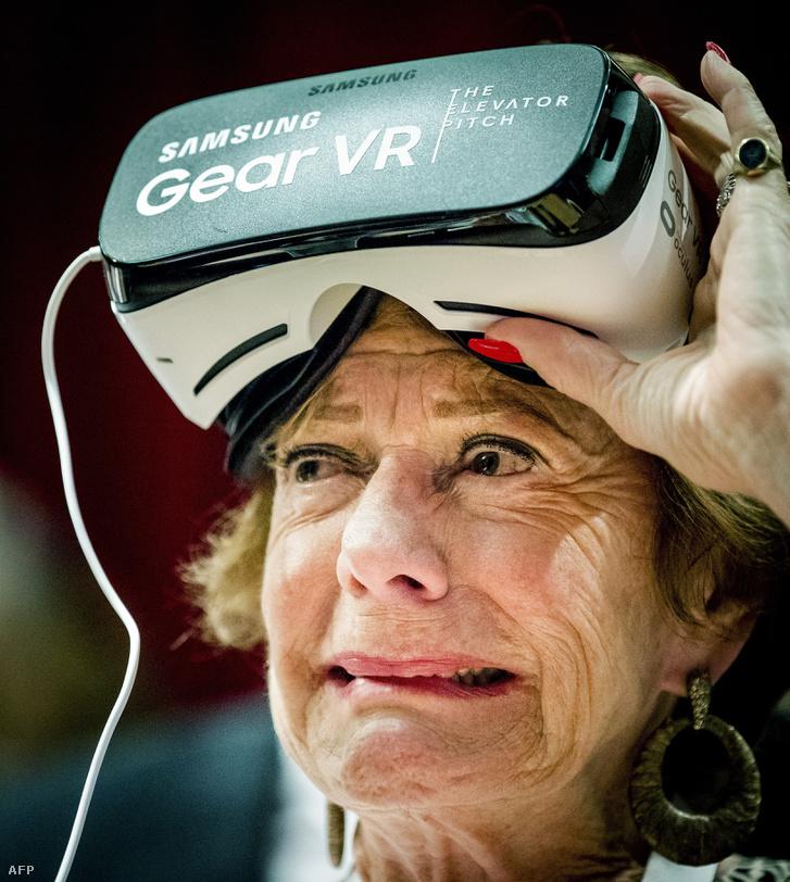 Neelie Kroes kipróbál egy VR-szemüveget