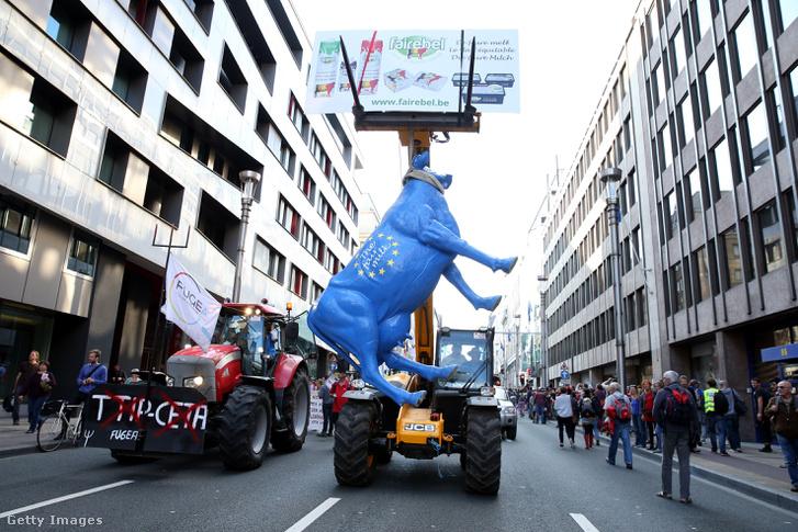 Tüntetők demonstrálnak Brüsszelben a TTIP és a CETA tervezete ellen szeptember 20-án.
