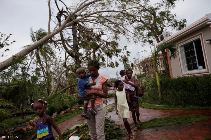Túlélők a mentik a holmijaikat a romos házak között október 6-án.