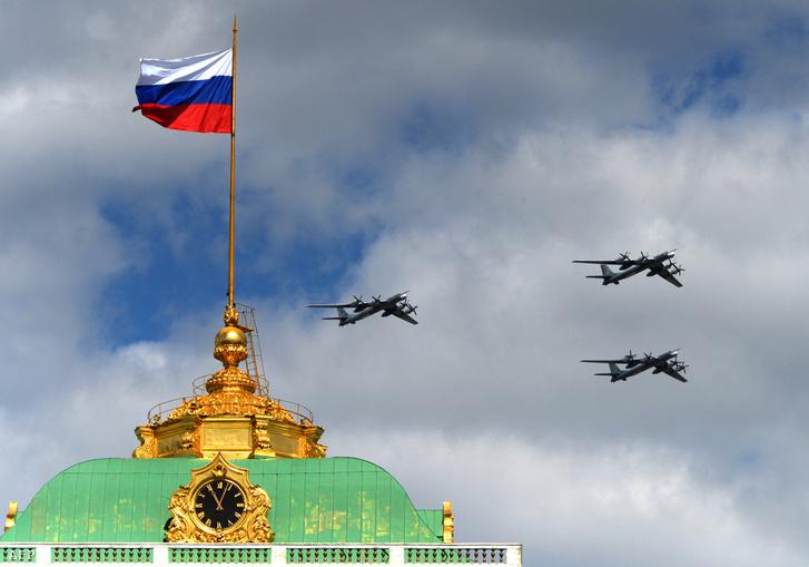 Tu-95-ösök egy katonai parádén a Kreml felett